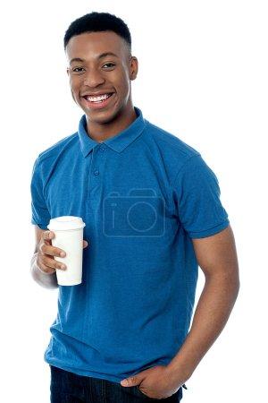 Lächelnder Mann mit kaltem Getränk