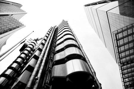 Photo pour Bâtiments de bureaux modernes à angle bas - image libre de droit