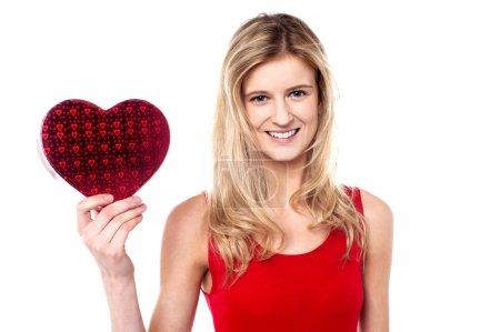 Photo pour Attrayant fille tenant cadeau de Saint-Valentin pour son ami garçon - image libre de droit