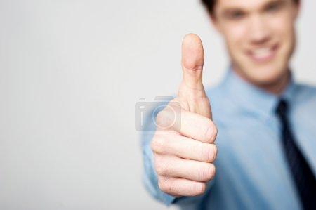 Foto de Gestor masculino inteligente mostrando pulsos - Imagen libre de derechos