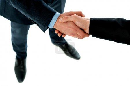 Photo pour Des hommes d'affaires prospères serrent la main pour conclure un accord - image libre de droit