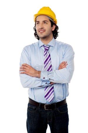 Photo pour Ingénieur masculin réussi avec les bras croisés - image libre de droit