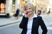 Středního věku podnikatelka na mobil