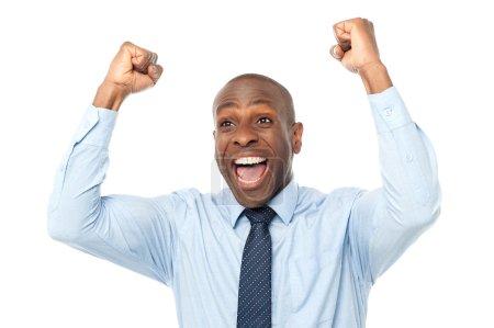 Photo pour Entrepreneur africain excité serrant les poings - image libre de droit