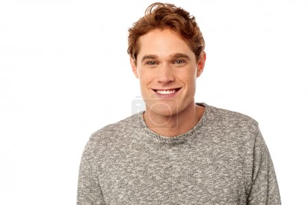 entzückender junger Mann posiert