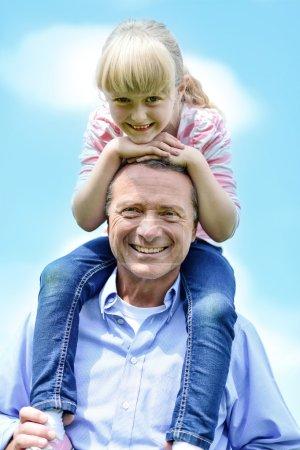 Photo pour Père portant sa petite fille sur ses épaules - image libre de droit