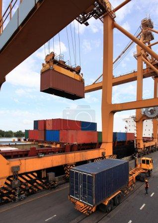 Photo pour Conteneurs de chargement des navires de charge - image libre de droit