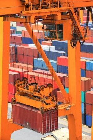 Photo pour Fonctionnement des conteneurs dans le port - image libre de droit