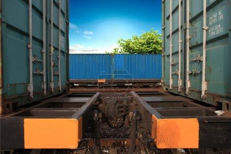 Photo pour Transport de marchandises par chemin de fer dans des conteneurs - image libre de droit