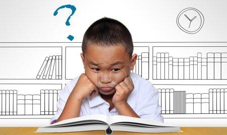 Photo pour Jeune garçon fatigué de lire - image libre de droit