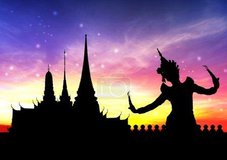 Photo pour Danse thaïlandaise réalisée par une jeune femme silhouette avec temple en fond de thaïlande - image libre de droit