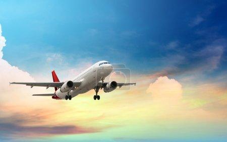 Photo pour Avion volant au-dessus de la mer tropicale au coucher du soleil - image libre de droit