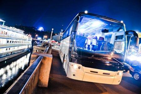Photo pour Phare de voiture bus - image libre de droit