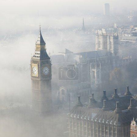Photo pour Palais de westminster dans le brouillard, vu de le œil de Londres - image libre de droit
