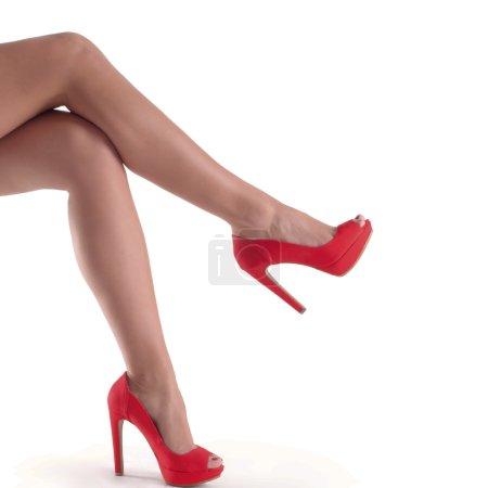 Photo pour Belle, sexy, jambes de femmes dans des chaussures rouges sur fond blanc - image libre de droit