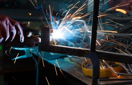 Photo pour Soudage métal avec beaucoup d'étincelles - image libre de droit