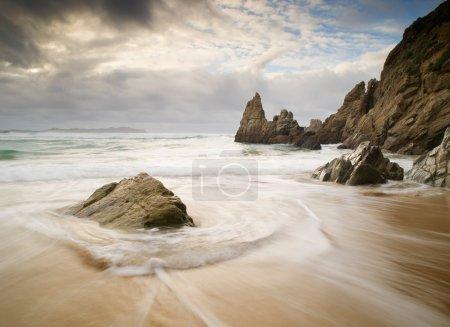Photo pour Paysage marin avec rochers en Galice, Espagne. Un bel endroit . - image libre de droit