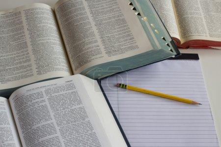 Photo pour Livres et papier pour le temps d'étude . - image libre de droit