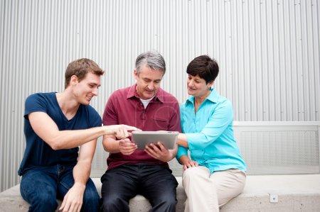 Famille sur tablette