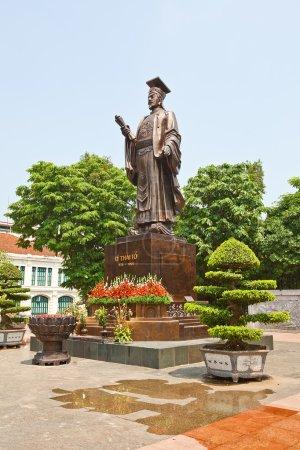 Statue of Emperor Ly Thai