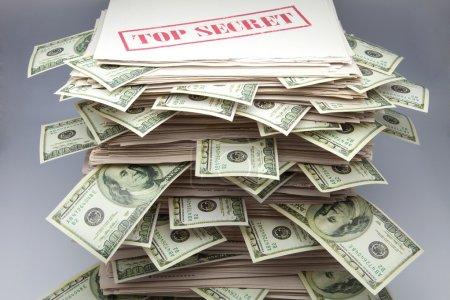 Photo pour Documents secrets avec billets de dollars - image libre de droit