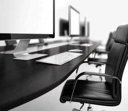 Photo pour Image générée par ordinateur de la salle de travail avec des ordinateurs dans une rangée - image libre de droit