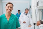 Usmívající se sestry, stojící v nemocničním pokoji