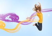 Csinos lány jumping az öröm