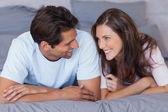 Muž a žena leží na posteli