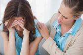Naštvaná žena potěšil její porozumění terapeuta