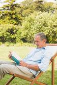 šťastný zralý muž čtení kniha