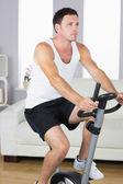 Atraktivní sportovní muž na kole