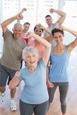 Lidé dělají moc fitness cvičení