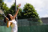 Hübsche Tennisspieler zu dienen