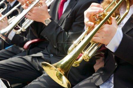 Photo pour Enfants jouant dans un orchestre de cuivres - image libre de droit