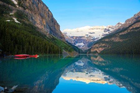Photo pour Lac Louise avec un canot rouge, parc national Banff, Canada - image libre de droit