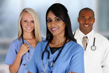 Photo pour Groupe de médecins et d'infirmières dans un hôpital - image libre de droit