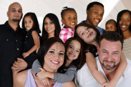 Photo pour Groupe de familles différentes ensemble de toutes les races - image libre de droit