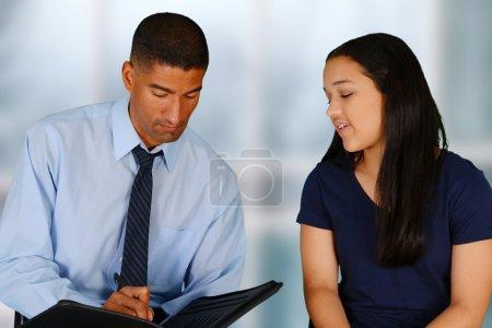Photo pour Personne dans le besoin ayant une séance de counseling - image libre de droit