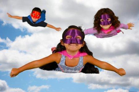 Foto de Grupo de niños que se visten como los superhéroes - Imagen libre de derechos