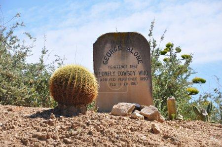 Photo pour Ancienne tombe occidentale dans la zone ouest sauvage de Port Aventura, Espagne - image libre de droit