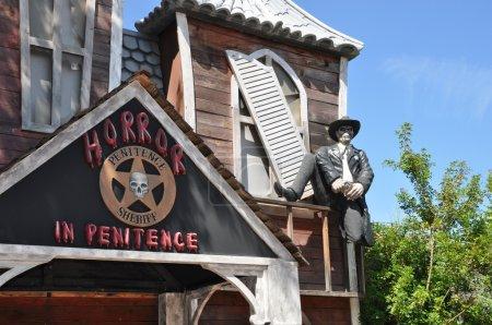 Photo pour Ancienne maison d'horreur du shérif occidental dans la zone ouest sauvage de Port Aventura, Espagne - image libre de droit