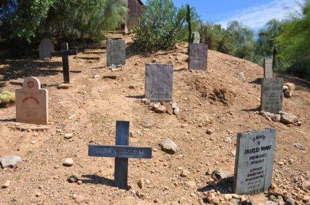 Photo pour Ancien cimetière occidental dans la zone ouest sauvage de Port Aventura, Espagne - image libre de droit