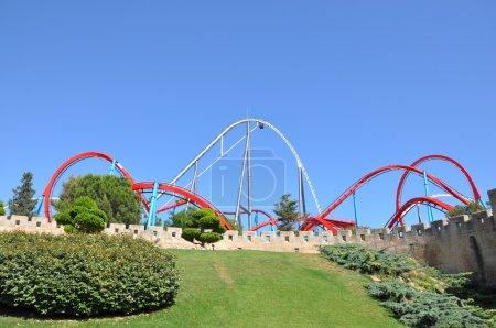 Photo pour Roller coaster Shambala et Dragon Khan dans la zone chinoise de Port Aventura, Espagne - image libre de droit