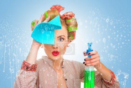 Photo pour Funny housewife with rag wipe and cleaning spray for window. Foam soap on glass - image libre de droit