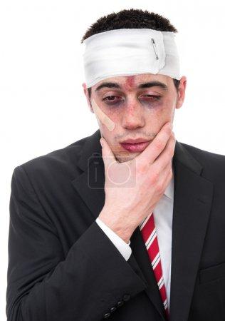 Photo pour Homme avec les yeux meurtris et tête, homme d'affaires drôle - image libre de droit