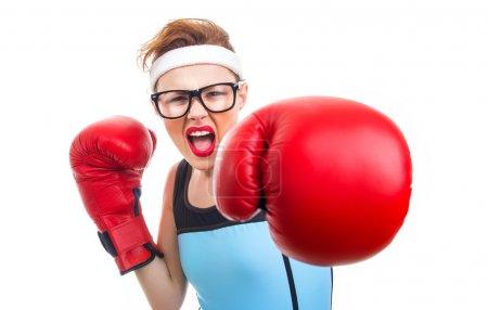 Photo pour Boxer femme fitness boxe avec gants de boxe, accent sur le visage - image libre de droit