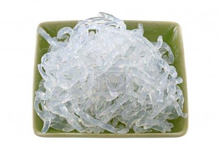 Photo pour Un plat de nouilles de varech clair (alginate de sodium) extrait de l'algue brune : laminaria hyperborea et laminaria digitata - image libre de droit