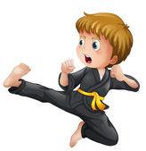 Mladý chlapec ukazuje jeho karate přesune