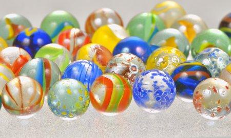 Photo pour Boules de verre coloré shoot en studio - image libre de droit
